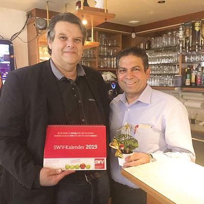 Der Chef Adel Morgan von Morgan's Cafe in der Kapellenstraße 28a mit SWV-Präsident Karlheinz Winkler