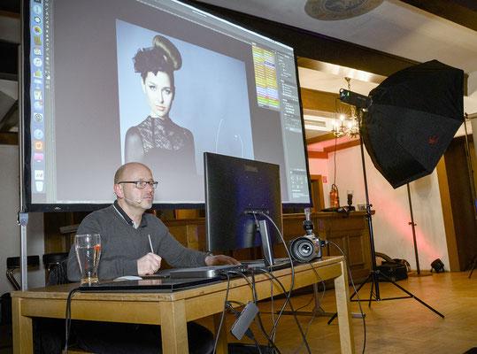 Foto-Profi Michael Schnabl bei der Bildbearbeitung