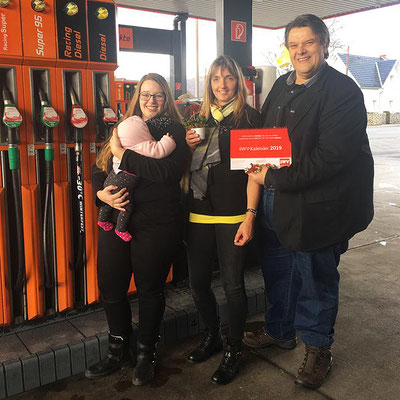 Frau Irene Stockner, Pächterin der Turmöl-Tankstelle in der Kärntnerstraße 137 mit SWV-Präsident Karlheinz Winkler und Bezirksrätin Nina Wolf