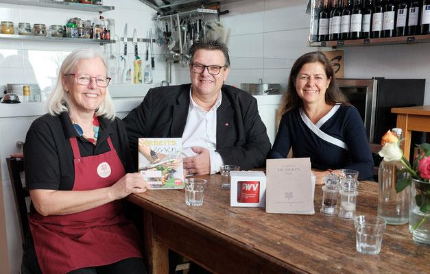 Landesrätin Doris Kampus und SWV-Vorsitzender Karlheinz Winkler mit Uta Zlöbl-Kanhäuser in der Greißlerei DeMerin