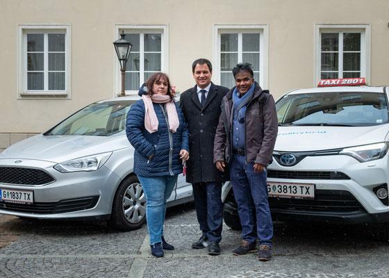 LH-Stv. Michael Schickhofer mit den Taxi-UnternehmerInnen von Taxi 2801 Isolde Neumeister und Jashim Bepari. Foto: Michael Schnabl