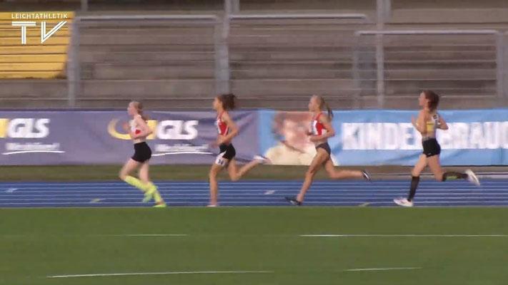 Vier Athletinnen haben sich vorne versammelt; Johanna an zweiter Position