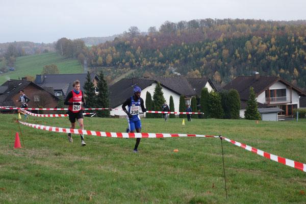 Heißer Kampf um Platz 3: Fabian Jenne und Joseph Mwaisumo