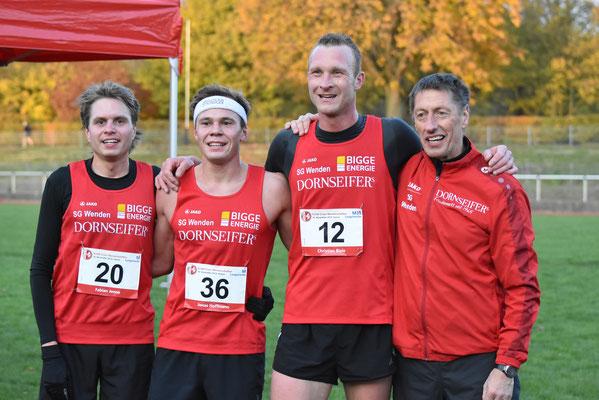 Sehr zufrieden: Trainer Egon Bröcher und das Männerteam (Fotos: H.Hoffmann)