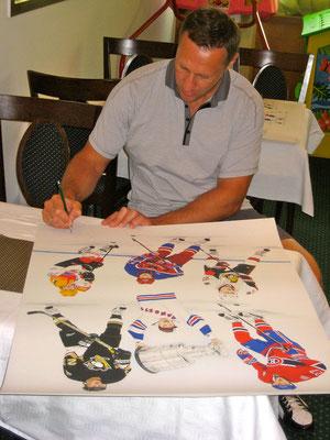 Alexei Kovalev signiert die Kunstdrucke in Visp