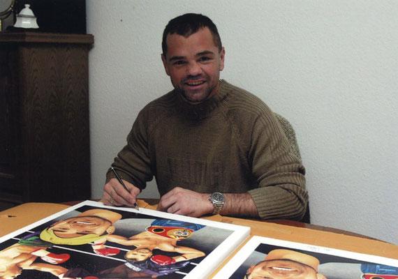 Sven Ottke signiert die Kunstdrucke