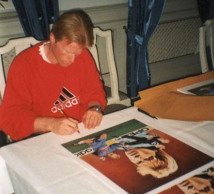 Oliver Kahn signiert die Kunstdrucke