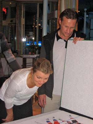 Joachim Thiess zeigt Alexei Kovalev und seiner Frau die noch nicht ganz fertige Collage, Sommer 2014 in Leukerbad