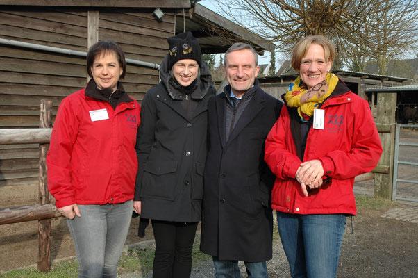 Hoher Besuch bei den Islandpferde-Reitern Düsseldorf e.V (v.L.n.R): Barbara Achterfeld, 1. Vorsitzende, Vera Geisel, Oberbürgermeister Thomas Geisel und Claudia Schlage, 2. Vorsitzende.