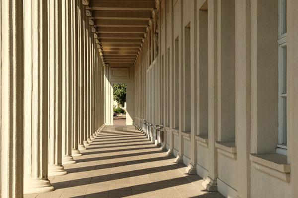 Säulengang der Stadthalle
