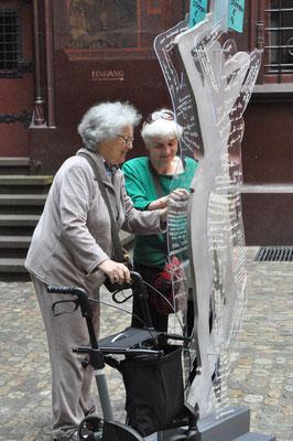 Unser Ehrenmitglied Doris Herrmann (Künstlerin und Känguru-Forscherin) beim Ertasten unserer Arbeiten, zusammen mit ihrer Übersetzerin.