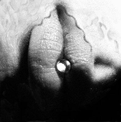 """""""Meeresmuschel"""", Name der Frau dieser Lippen ist mir unbekannt, bearbeitet von mir. Es handelt sich um ein Lippenpaar und eine Perle. - Dies Bild stammt aus der ersten Fotointeraktion am Bahnhof in Sissach 2005. Die Perle kam erst jetzt dazu."""