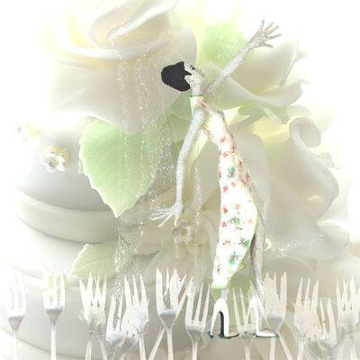"""""""Torten-Tanz"""" - Die Kuchengabeln klirren zur Tea-Time mit wunderbarem Gebäck. """"Torte essen? Ja oder nein?"""" (Marzipantorte von Wencke Schmid, Basel)"""