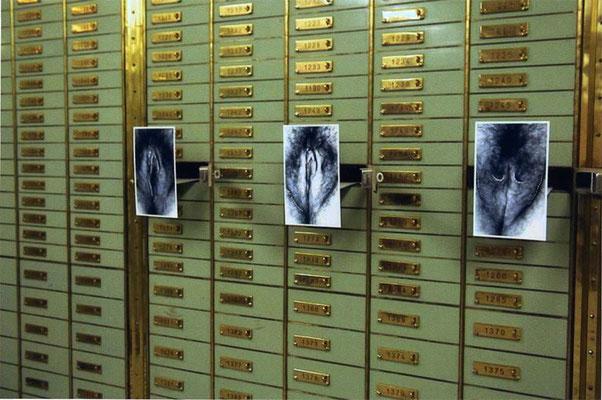 geöffnete Schliessfächer, aus denen die bearbeiteten Fotos kommen, je 17/29 cm
