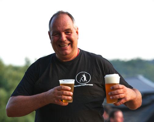 der Mann läuft für www.betreutesproggen.de Werbung, oder für Bier, oder die Vogue