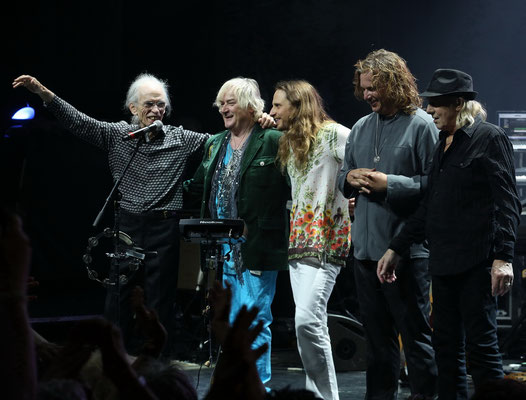 YES, vlnr Steve Howe, Geoff Downes, Jon Davison, Billy Sherwood , Alan White