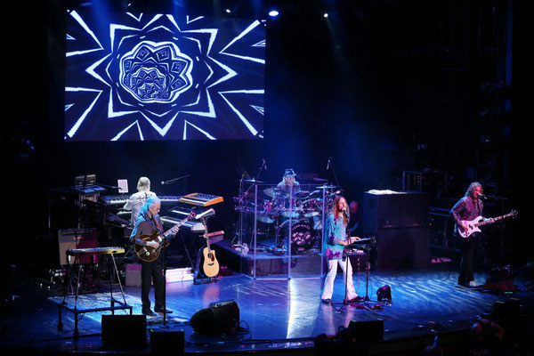YES, vlnr Steve Howe, dahinter Geoff Downes, Alan White, Jon Davison, Billy Sherwood