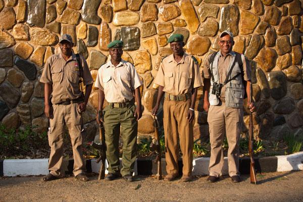 Lazarus, ? , Pakamisa und Bheki, unsere Guides und Ranger im Hwange National Park