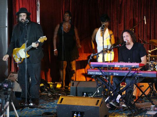 Dave Kerzner Band: vlnr Fernando Perdomo, Durga und Lorelei McBroom, Dave Kerzner