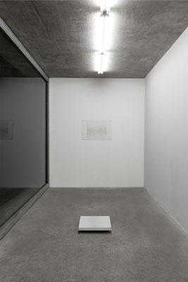 Objekt und Zeichnung Bodenstück/Gehweg, Ausstellungsansicht, Pavillon am Milchhof, Berlin 2017