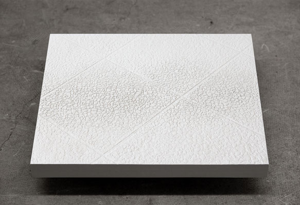 Bodenstück/Gehweg aus der Serie Stadt im Vorübergehen, Ton, modelliert / Abguss: Keramische Gießmasse, Pigment; 53 cm x 46,5 cm x 4 cm, 2016-19