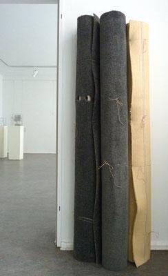 Paranoid, 2016 Teppichrollen, Papprollen, Schnur 3-teilig, je ca. 180x24x24 cm