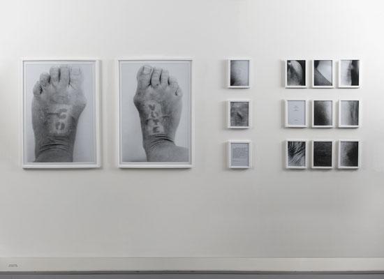 GO VOTE GO VOTE‹, 2018, Installation aus einer Fotodokumentation + Texten, ca. 3,0 x 1,0 Langzeitbelichtung auf Haut, Belichtungszeitraum: 22.06.– 06.11.2018 GO / VOTE: je Schwarzweißfoto 93×63 cm,  10 s/w-Fotografien und 2 Zitate (c) Gerhard Haug