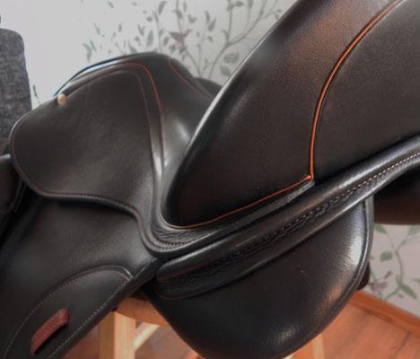 schwarz glatt mit cognacfarbenem Kranz und Steigbügelschlaufe