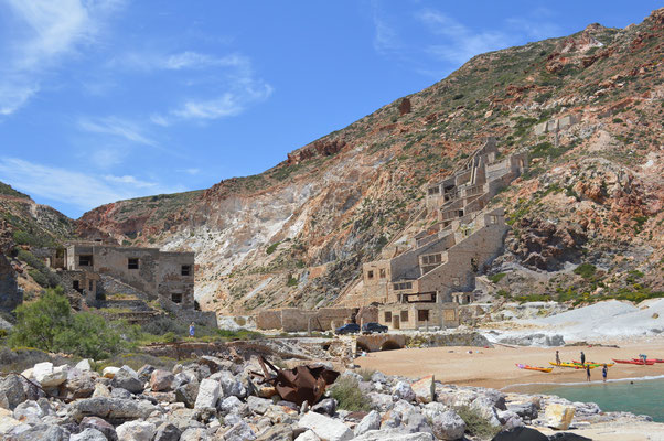 Minengelände mit Stollen im hinteren Talbereich
