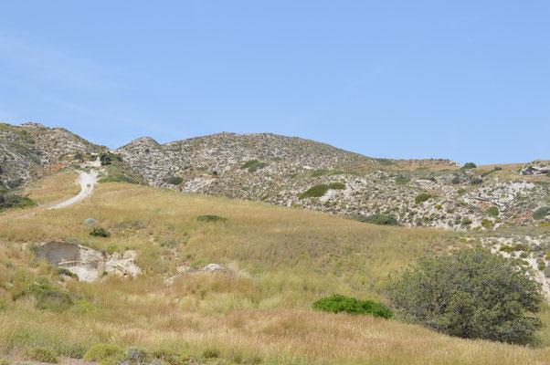 Vom Strand Agia Kyriaki geht der Weg links steil den Berg hoch
