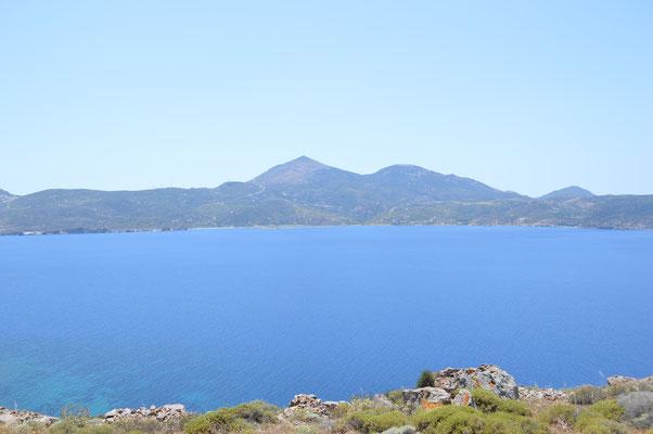 Bucht von Milos mit dem höchsten Berg Profitis Ilias
