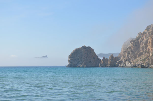 Platiena-Strand mit Nebel