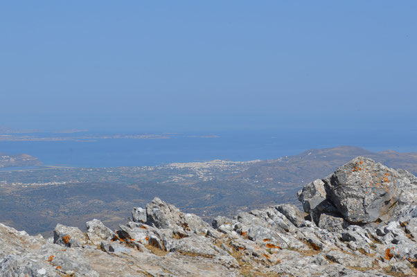 Aussicht vom Gipfel auf die Chora und Paros