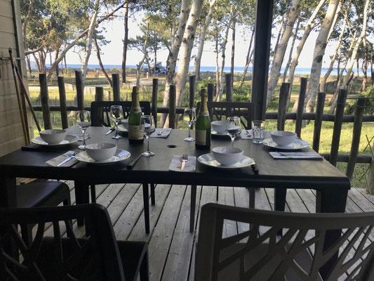 Der Tisch ist gedeckt auf der Veranda von Ines und Paul