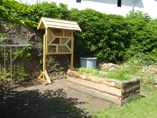 Insektenhotel und Hochbeete