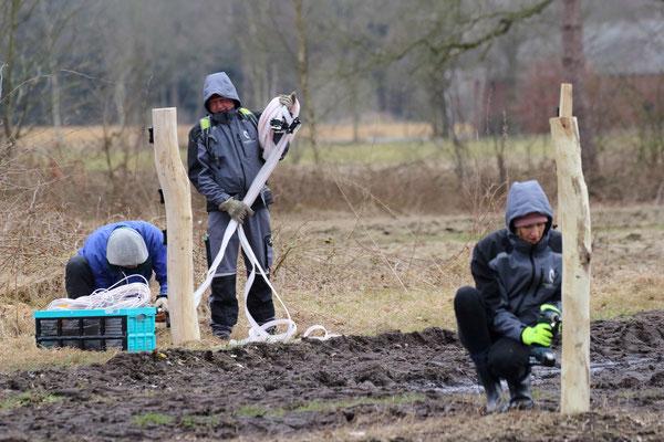 Ehrenamtseinsatz beim Bau eines wolfsabweisenden Festzauns ( Foto: Bärbel Wittor)