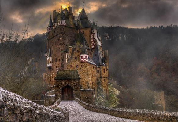 Burg Eltz im Morgennebel