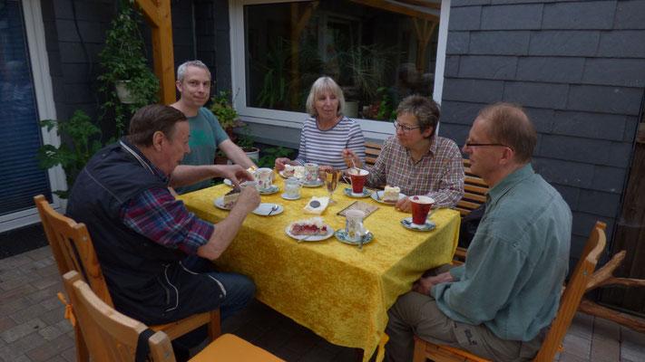 Am Ende einer erfolgreichen Nabutour bei gemütlicher Kaffee- und Kuchenrunde im Cafe Klatsch in der Nähe von Hohn