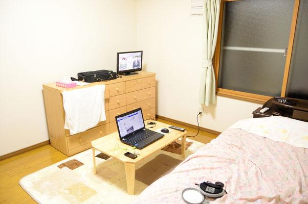 宿の部屋内部、無線LANは私がセットアップしてあげた(笑)