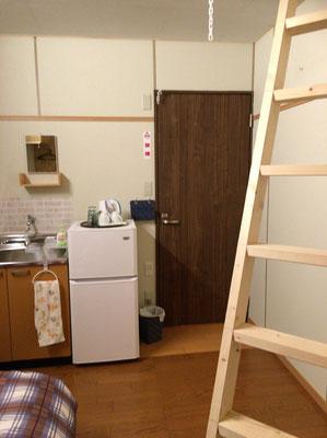 個室の中にロフト、流し、冷蔵庫もあり