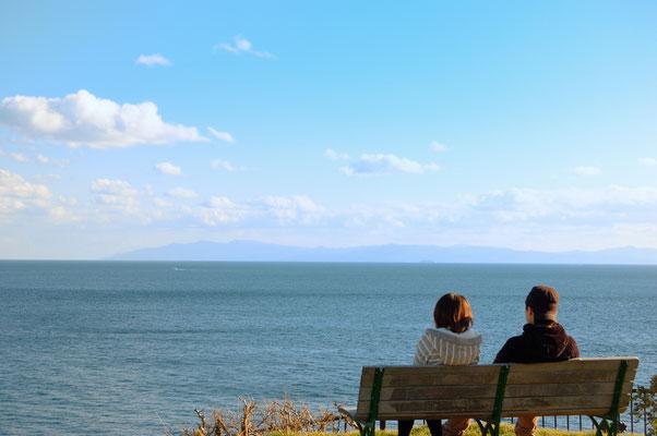 津軽海峡を望む若い男女。距離感が微妙な所が良い(笑)