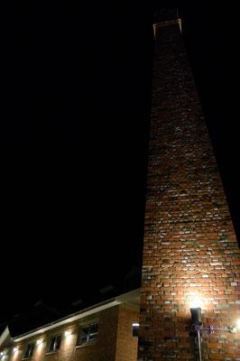 外から、シンボルの煙突を撮影