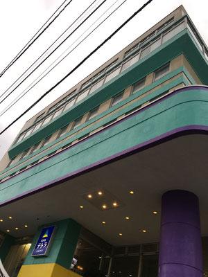 北海道新幹線カラーのホテルを出て・・・