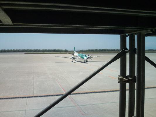 函館空港の足場から、プロペラ機の離陸前
