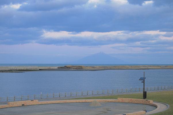 天塩川と奥が日本海、その奥が利尻島(利尻富士)