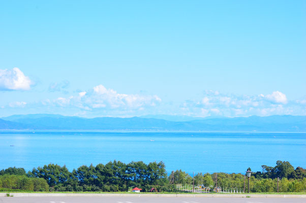 朝の通勤途中、噴火湾を望む。午前中をかけて函館へ移動