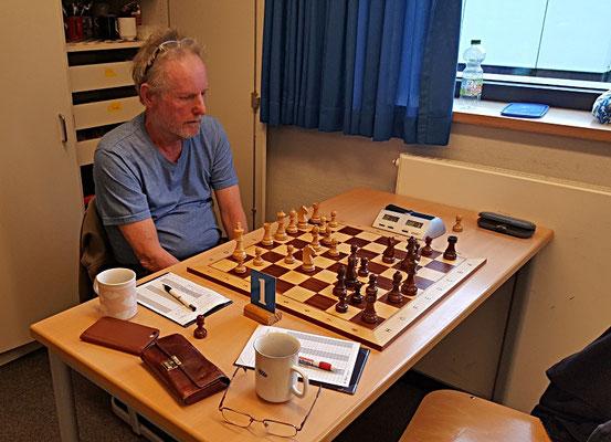 18. Mai 2018 - 6. Runde: Manfred Bley und der für ihn überraschende schwarze Zug Dc7 - Foto © Wofgang Wilke