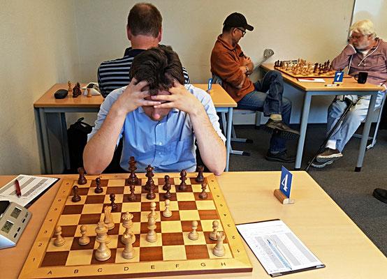 18. Mai 2018 - 6. Runde: Mirco Wendriner bei der Stellungsbewertung - Foto © Wofgang Wilke