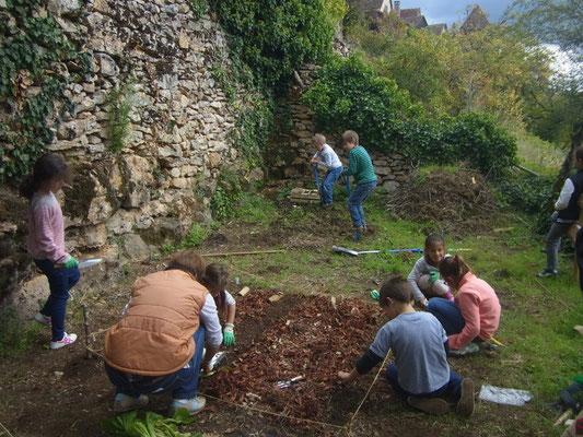 Atelier jardin au potager de l'école de Faycelles.