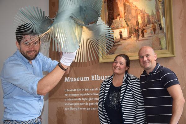 Jaap van Bemmel (l) en Berry Timmer (m) van DAGVIER leggen de laatste hand aan de nieuwe verlichting in Museum Elburg. Anne-Marie van Hout van het museum is heel tevreden met het resultaat.